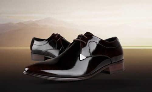 """设计师一改以往大头皮鞋的作风,把鞋头设计得尽可能""""扁"""",它与今年大行"""