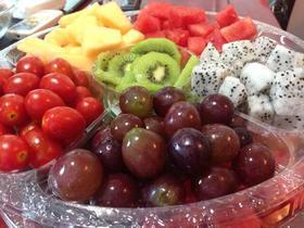 果+西瓜+白心火龙果+圣女果+红提+哈密瓜水果拼盘图片