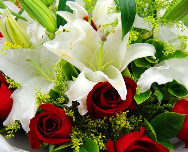 爱相依 11朵红玫瑰 百合混搭花束全国鲜花速递