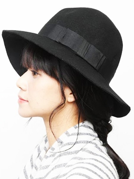 低马尾辫子步骤6:顺一下两侧发丝,戴上帽子.