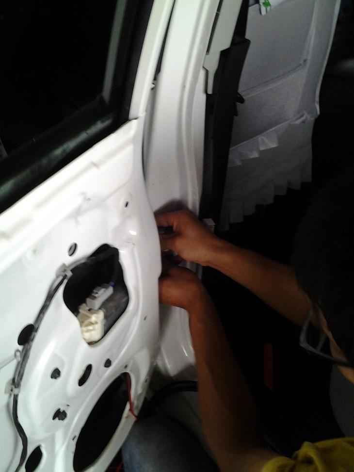 上汽荣威350汽车音响改装弗雷德喇叭的改装作业