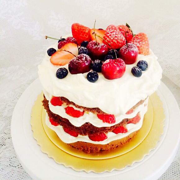 我们选用进口动物奶油及无添加原料,所有蛋糕均为手工制作,所
