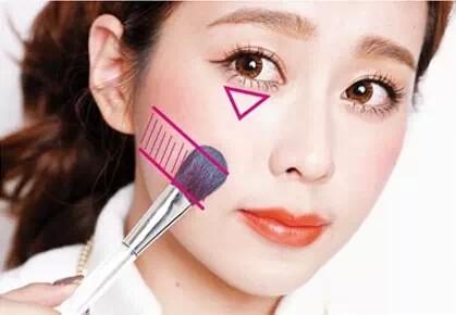 脸型不够立体的妹纸在画腮红时可以用手指蘸取适量的腮红膏从眼下位置