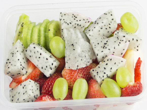 本拼盘有草莓,青提,猕猴桃,火龙果,是儿童的最佳选择.图片