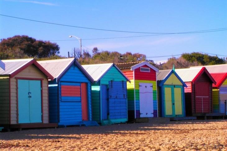 【彩色小木屋】观赏沿着半岛的沙滩上色彩缤纷的沙滩小屋.