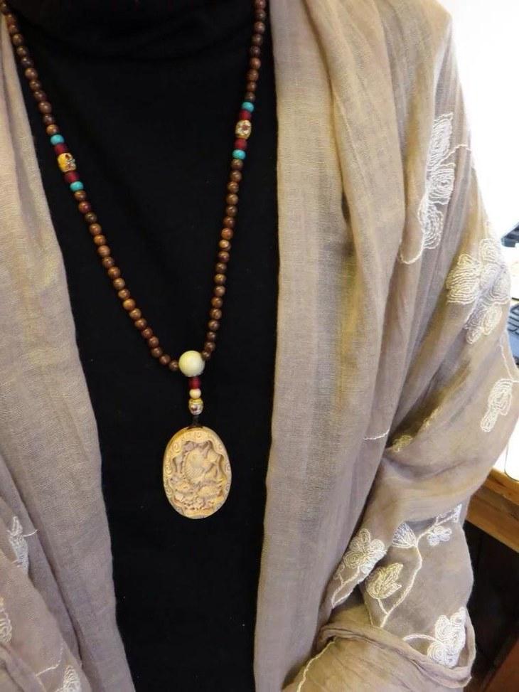 材质:柏崖,大花梨木珠,白菩提根,景泰蓝,松石,琉璃等