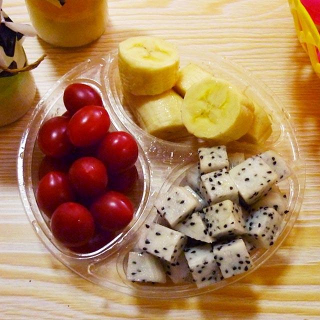 【活力组合】火龙果+圣女果+香蕉果盘图片