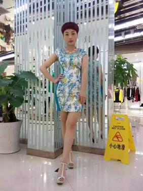 访问我们的微信店铺 热门商品          白绿旗袍       手机启动微信