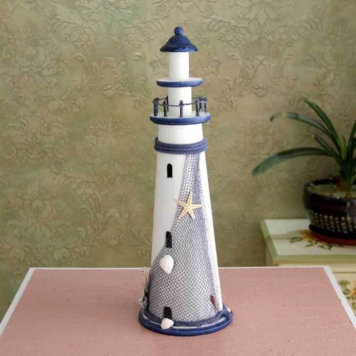 灯塔引着海上的船只能顺利的漂泊