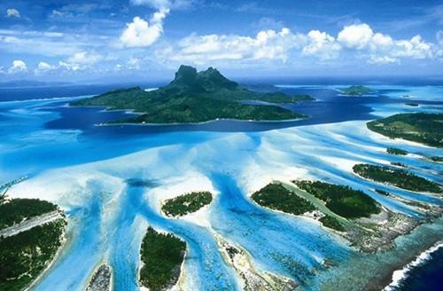 岛上原来的200多名土著人成了她的臣民.