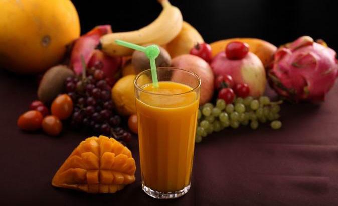 新鲜的芒果现榨果汁,无任何添加,美味可口,火热的夏天来一杯清凉冰饮
