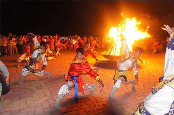 蒙古族姑娘小伙载歌载舞的篝火晚会