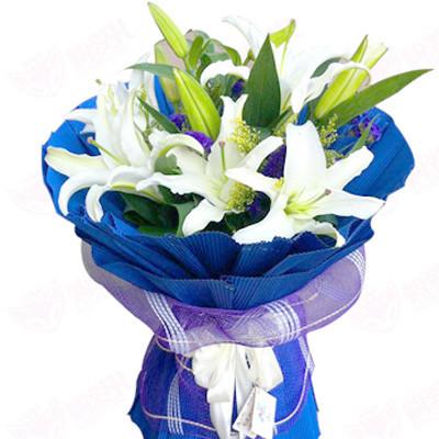 紫色瓦楞纸打底,紫色纱网包装,搭配白色蝴蝶结.