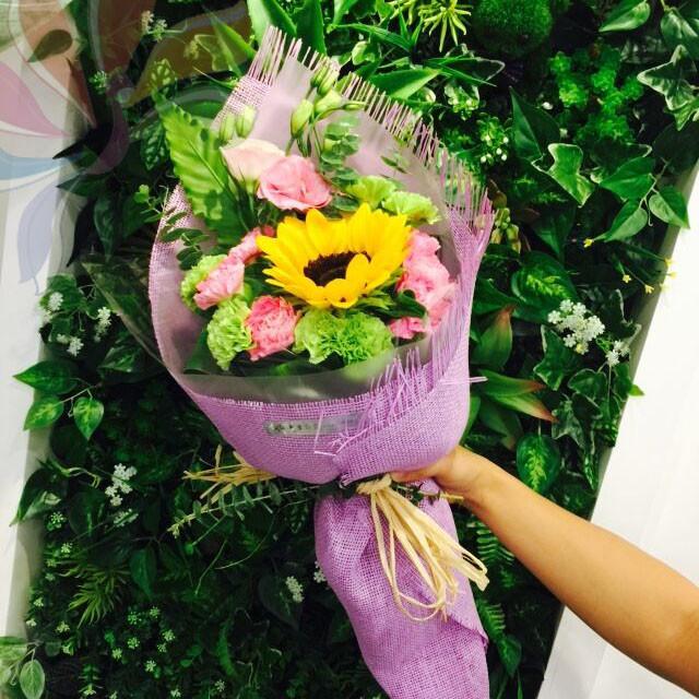 花材:康乃馨;桔梗;向日葵;芡叶;尤加利图片